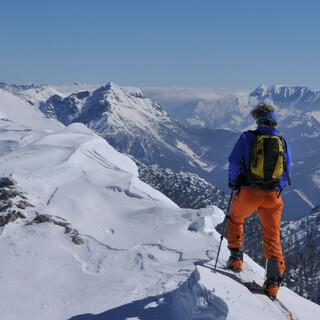 Über einen flachen Rücken erreicht man den Gipfel der Gsuchmauer. Foto: Stefan Herbke