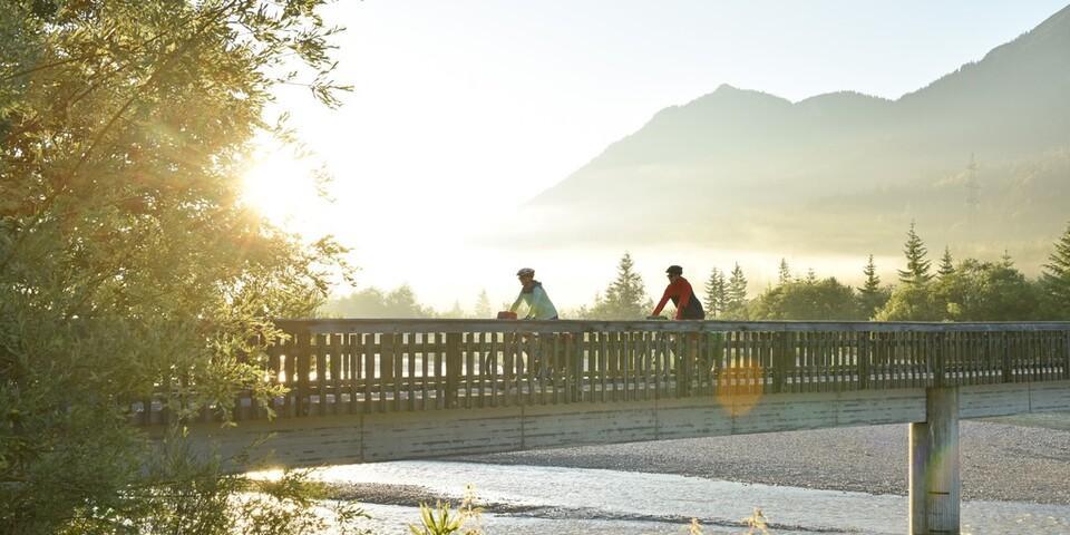 Zwischen Wallgau und Vorderriß darf sich die Isar vor der Kulisse des Karwendelgebirges frei entfalten. Foto: Thorsten Brönner