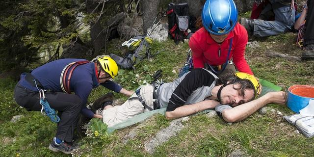 Erste Hilfe am Fels. Foto: Stefan Heiligensetzer
