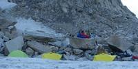 Das vorgeschobene Basislager im oberen Gletscherkessel. Foto: @davexpedkaderfrauen