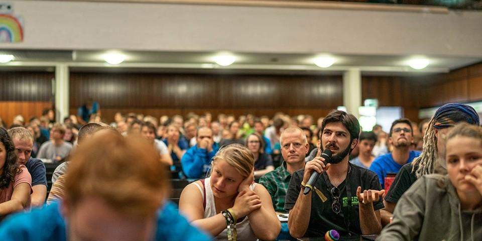 Angeregte Diskussionen im Plenum, Foto: JDAV/Silvan Metz