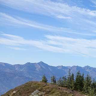 Traumpfad zu entdecken: Auf dem Kragelschinken erscheint das nächste Etappenziel, der spitze Zeiritzkampel (rechts), noch in weiter Ferne. Foto: Axel Klemmer