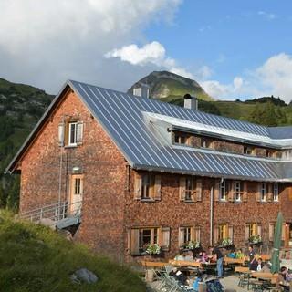 Der schönste Platz Österreichs? Groß und beliebt ist die Freiburger Hütte, die Landschaft rundum ist großartig. Foto: Stefan Herbke