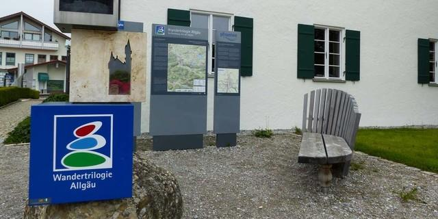"""Am """"Haus des Gastes"""" in Pfronten bietet der """"Start- und Willkommensplatz"""" der Wandertrilogie Allgäu viele Informationen. Foto: Georg Hohenester"""