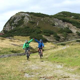Brenner Grenzkammstraße - Geschafft! - Am Sattelberg in Südtirol freuen sich zwei Biker aus dem flachen Rheintal über das Bezwingen der über 2000 Meter hohen Brenner Grenzkammstraße.