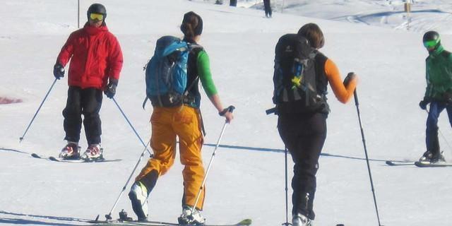 Skitourengeherinnen im Skigebiet