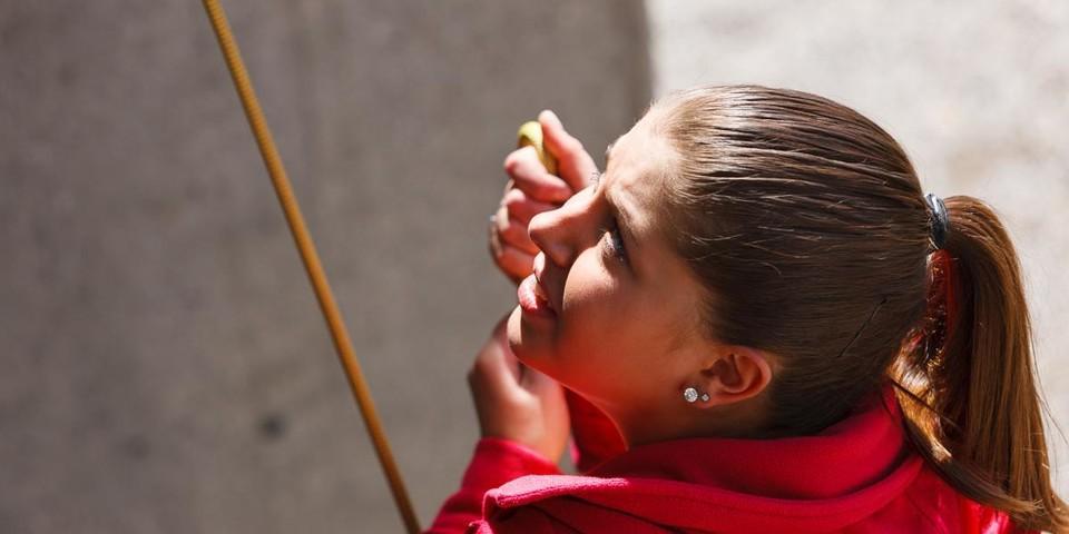 Auszubildende beim Sichern an der Kletterwand; Foto: Marco Kost