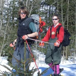 Im Tandem unterwegs im winterlichen Wald. Foto: Archiv Jubi