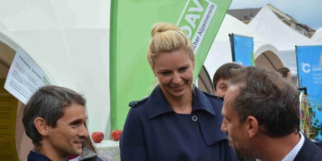 Umweltminister Thorsten Glauber und Stephanie Jacobs, Referentin für Gesundheit und Umwelt der Stadt München, besuchen den DAV-Stand