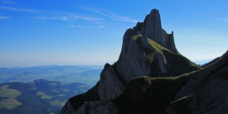 Ein Paradies für Geologen: Die Wanderung vom Schäfler zum Säntis. Die steil aufgestellten Felsplatten des Öhrlikopfs überragen die sanften Hügel des Appenzellerlandes. Foto: Silvia Schmid