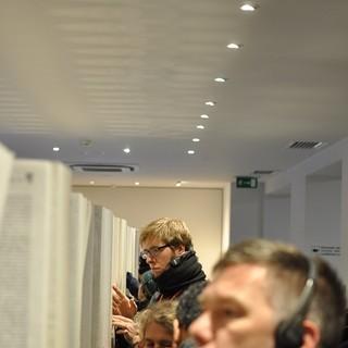 Jüdische Ausstellung: Teilnehmer suchen im Buch der Namen&#x3B; (c) Jonas Freihart