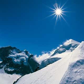Beim Abstieg vom Piz Roseg ist die feine Firnlinie des Biancograts immer im Blick.