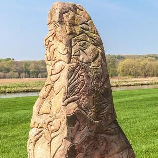 Im Muldental schmücken Skulpturen wie dieser Menhir die Landschaft. Foto: DAV/Ingo Röger