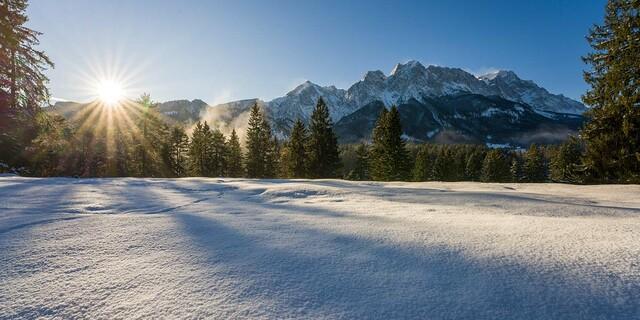 Winterliche Morgenstimmung bei Grainau mit Zugspitzmassiv, Foto: Wolfgang Ehn