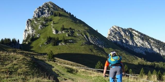 Tag 1: Felsspitze Roche Parnal und sattes Grün – landschaftlich hat die Strecke, wie hier am Col de l'Ébat, einiges zu bieten.
