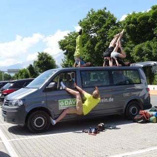 JDAV-Gruppe gemeinsam mit dem VW-Bus on Tour. Foto: Lena Behrendes