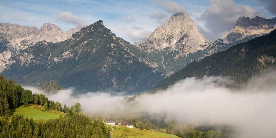 Totes Gebirge: Der Weltcup-Skiort Hinterstoder hat sich auch romantische Ecken erhalten; Blick zur Spitzmauer. Foto: Iris Kürschner
