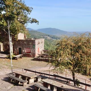 In der Ruine Madenburg kann man mit weiter Aussicht gut und günstig essen. Foto: Günter Kromer