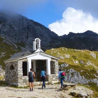 Von der Kapelle bei den Olbe-Seen oberhalb Sappada lässt sich der Schaibmkouvl/Monte Lastroni besteigen – im Bild versteckt er sich hinter einer kleinen Wolke. Foto: Georg Hohenester