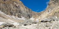 Der Abstieg vom Zwischbergenpass ins Zwischbergental führt über letzte Gletscherreste. Foto: Iris Kürschner