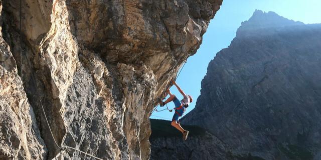 """Luft unterm Hintern kriegt man nicht nur auf Brücken und Leitern, sondern immer öfter auch durch Hangeln – wie am """"Übungsklettersteig"""" (E) am Lünersee (Rätikon). Foto: Andreas Jentzsch"""