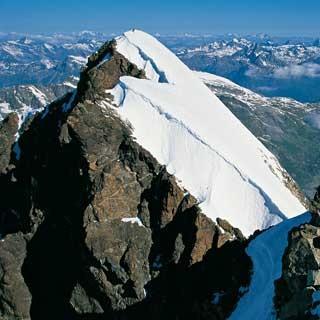 Der Roseg-Gipfelgrat belohnt mit nettem Fels und Weitblick