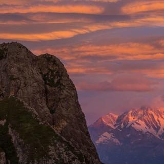 Spektakulär beginnt der Tag am Bivacco Bocchetta di Campo, die Monte-Rosa-Ostwand leuchtet. Foto: Stefan Neuhauser