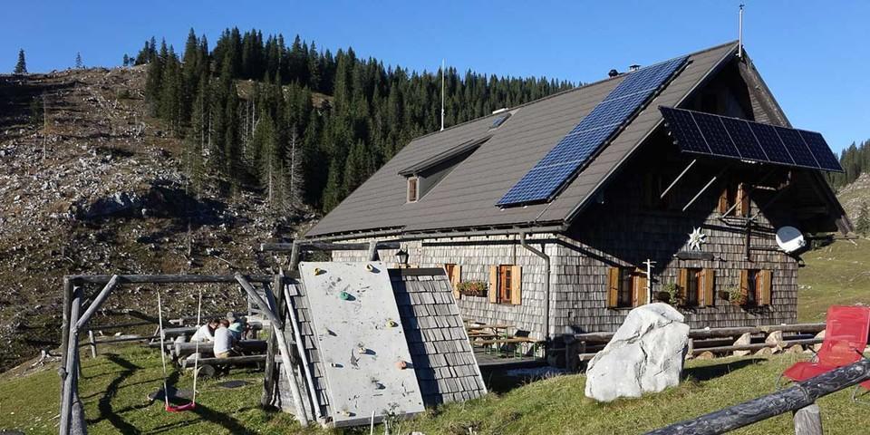Heil geblieben: die Ybbstaler Hütte auf der von Orkan Kyrill verwüsteten Dürrensteinalm. Foto: Axel Klemmer