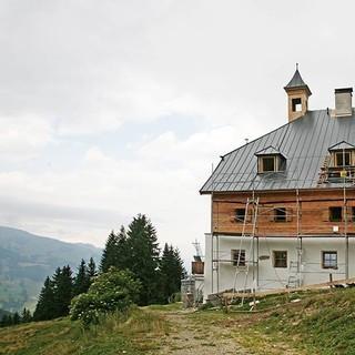 Bochumer Hütte - Eine energetische Sanierung wurde für die Bochumer Hütte in den Kitzbühler Alpen durchgeführt. Es wurde insbesondere darauf geachtet den ursprünglichen Charakter der Hütte zu erhalten und dennoch die strengen Brandschutzauflagen umzusetzen.