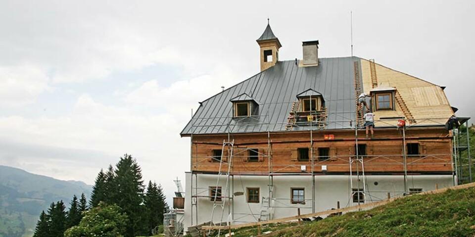 Bochumer Hütte - Eine energetische Sanierung wurde für die Bochumer Hütte in den Kitzbühler Alpen durchgeführt. Es wurde insbesondere darauf geachtet, den ursprünglichen Charakter der Hütte zu erhalten und dennoch die strengen Brandschutzauflagen umzusetzen.
