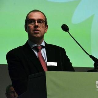 Erster Vorsitzender der Sektion Hamburg und Niederelbe Andreas Peters spricht auf der Hauptversammlung des DAV in Hamburg zu den Delegierten.