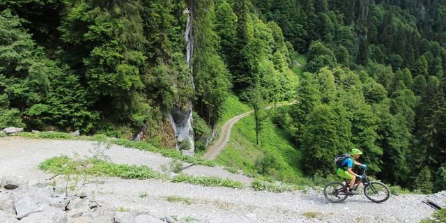 Etappe 2: Steile Auffahrt zur Helbockstobelalpe und zum Schreiberesattel.