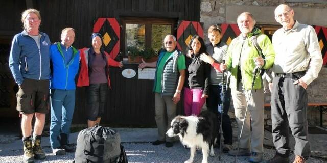 Hüttenwirtsleute, Sektion, so wie Vizepräsident Roland Stierle und Geschäftsbereichsleiter Alpiner Raumordnung Hanspeter Mair freuen sich über die Auszeichnung, Foto: Michelle Müssig