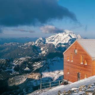 Im rosa Morgenlicht verspricht sie Genuss – aber die Eisschicht auf der Marco-e-Rosa-Hütte zeugt von der Gewalt des Schneesturms.