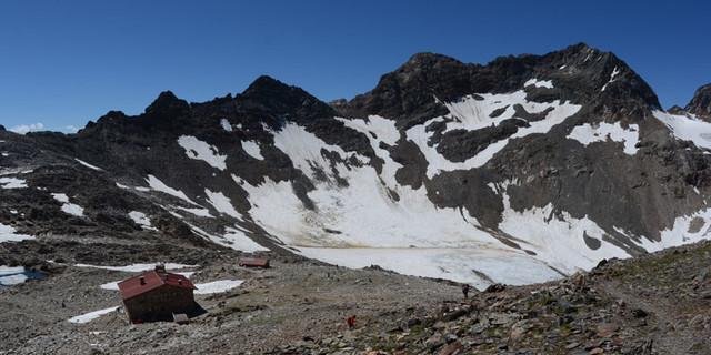 Rieserfernerhütte und Schwarze Wand - Schwarzweißkontrast: Fast zum Greifen nahe lockt gegenüber der Rieserfernerhütte die Schwarze Wand.