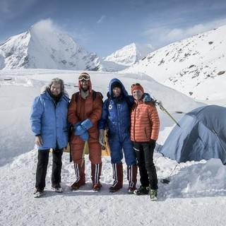 Reinhold Messner, Simon Messner, Philipp Brugger und Peter Habeler am Filmset / Foto: ServusTV / Alexander Brus