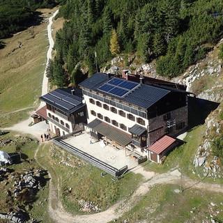 Die 1938 erbaute Neue Traunsteiner Hütte mitten im weitläufigen Almgelände. Foto: DAV Traunstein