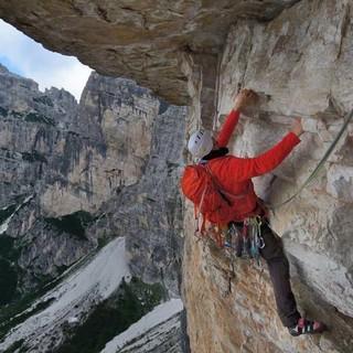 """Dolomit ist kein Kalk: Magnesium statt Calcium im Gestein macht auch die """"Navasa"""" an der Rocchetta Alta super griffig. Foto: Ralf Gantzhorn"""