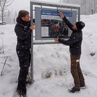 Im Nationalpark Berchtesgaden werden Schilder für naturverträgliche Skitouren angebracht. Foto: Nationalpark Berchtesgaden