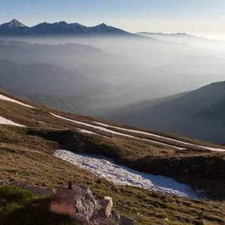 Morgendunst über den Tälern – eine hochgelegene Hütte ist dafür der beste Aussichtspunkt. Foto: Ingo Röger