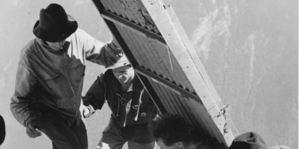 Für den Bau der Biwakschachtel an der Watzmann Ostwand werden Einzelteile transportiert, 1949. Archiv des DAV, München
