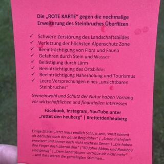 """Die """"ROTE KARTE"""" gegen die Erweiterung des Steinbruchs am Heuberg. Foto: Uli Berkmann"""