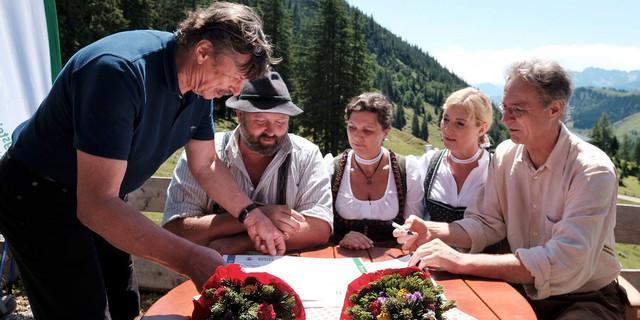 Rudi Erlacher, Josef Loferer, Ilse Aigner, Ulrike Scharf und Peter Solnar bei der Unterzeichnung der Urkunde (v.l.n.r). Foto: DAV/Hans Herbig