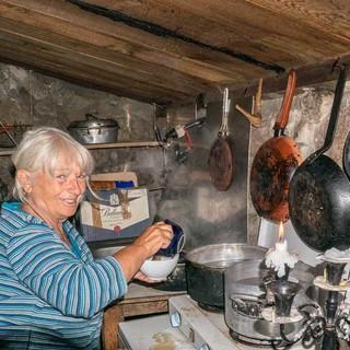 Bei Sonnenaufgang steht Eileen in der Küche und kocht Kaffee mit Stirnlampe und Kerzenlicht. Fließend Wasser und Strom gibt es nicht auf der Bergeries d'Asinau.