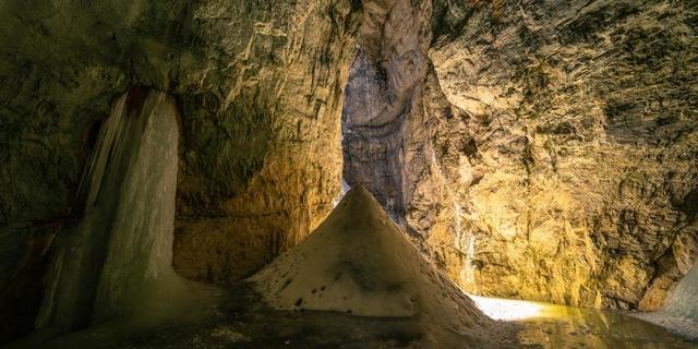 Regensicher und atemberaubend: Eisausbildung in der Eisgrotte. Foto: DAV / Silvan Metz