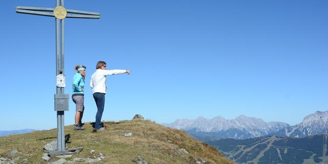 Wer Kraft hat für alle Gipfel, kann von jedem neue Blicke auf Tauern, Steinberge und Hochkönig genießen. Foto: Andi Dick