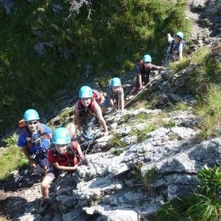 Alpinkids im Klettersteig. Foto: Claudia Wegmann