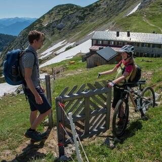 Wandernde haben Vorrang - das ist eine der Grundregeln beim Mountainbiken. Foto: DAV/Christian Pfanzelt