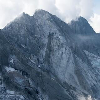 Die Ausbruchstelle am Piz Cengalo zeugt von den Gesteinsmassen, die 2017 ins Tal donnerten. Foto: VBS Swisstopo Flugdienst