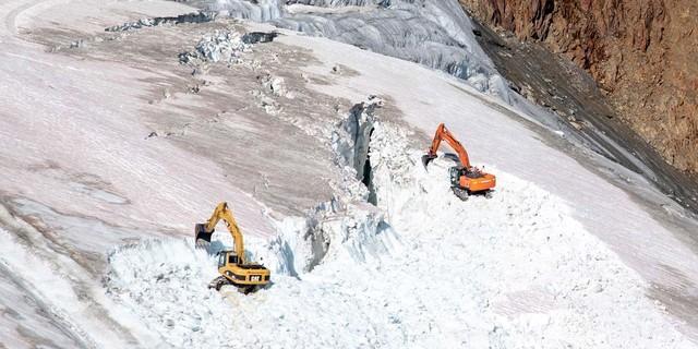 Gletscherspalten werden zugebaggert, Foto: WWF/Vincent Sufiyan